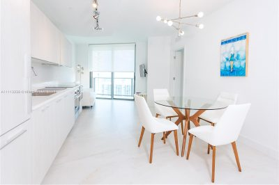 Living/kitchen: shade curtains, smart tv, fully equipped kitchen